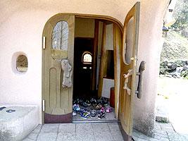 В Большой дом запрещено входить в обуви